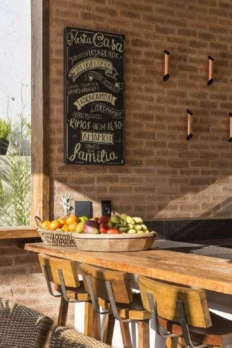 51. As banquetas para cozinha feitas de madeira com estrutura de ferro são perfeitas para um ambiente com estilo rústico