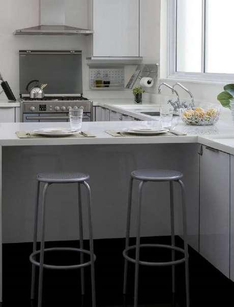 44. Modelo simples de banqueta alta para cozinha