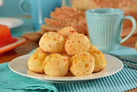 Prato com diversos pães de queijo de liquidificador