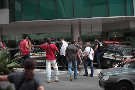 Um policial civil morreu e outros dois ficaram feridos após uma troca de tiros entre policiais na tarde desta sexta-feira (19) em um prédio anexo do Hospital Monte Sinai, no Bairro Dom Bosco, em Juiz de Fora. Segundo as informações preliminares da Polícia Militar (PM), dois policiais civis de Minas Gerais viram homens armados, que eram policiais civis de São Paulo à paisana, e iniciaram a abordagem a eles. Um policial paulista teria visto a cena e atirado contra os policiais mineiros, iniciando um tiroteio. Um agente da polícia de Minas morreu no local e um de São Paulo ficou ferido e está no Centro de Tratamento Intensivo (CTI) da unidade. Os policiais paulistas escoltavam um detento em tratamento na unidade.