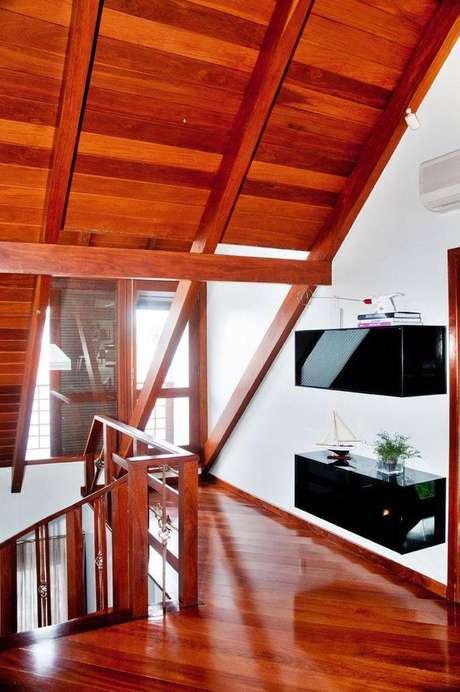 6. O mezanino utiliza os acabamentos em madeira na decoração