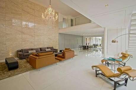 31. Mezanino cobrindo ao hall de entrada e sala de jantar. Ambiente elegante e inovador.