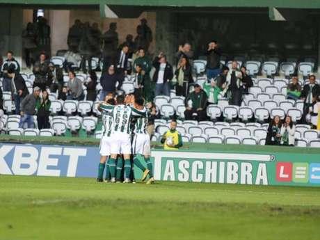 Jogadores do Coritiba comemoram gol na vitória sobre o Boa Esporte