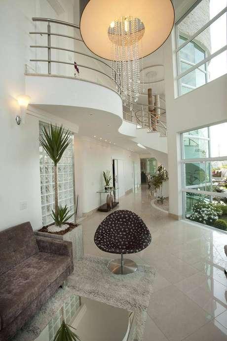 33. Mezaninos em curva com um design elegante para uma casa grande e iluminada