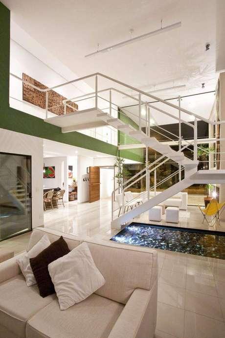 1. O mezanino tem escadas metálicas para acompanhar o estilo moderno da casa.