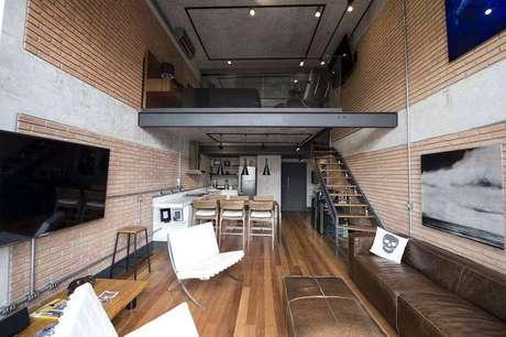 19. Nesse loft com um estilo moderno e industrial, o quarto fica no mezanino, aproveitando o espaço