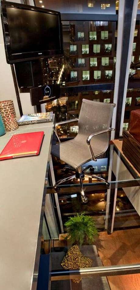 23. O piso de vidro ou acrílico do mezanino proporciona a visão do andar inferior.