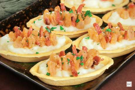 Barquinha de camarão com purê e bacon