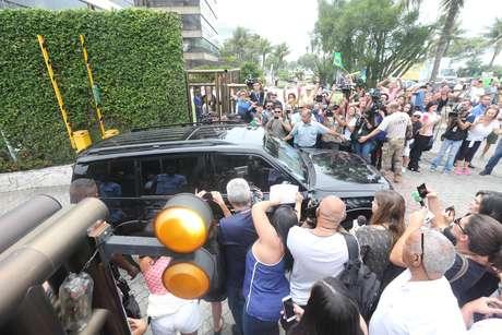 Porta do condomínio de Jair Bolsonaro nesta quinta-feira (1º)