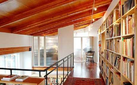 48. O home office e a biblioteca decoram o mezanino. Fonte: Zap em casa