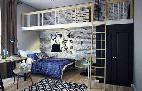 53- No dormitório, o mezanino sobre a cama acomoda pequeno home office. Fonte: Pinterest