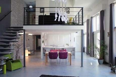 60- Sobre a sala de jantar foi construído um mezanino com estrutura metálica. Fonte: Tudo Ela