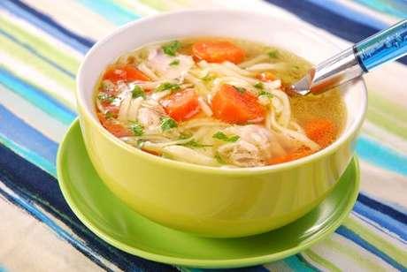 Bowl de sopa de frango com macarrão