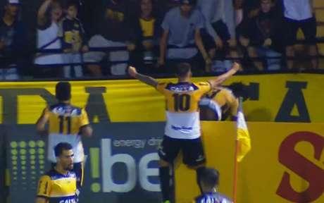 Jogadores comemoram após segundo gol (Foto: Reprodução)