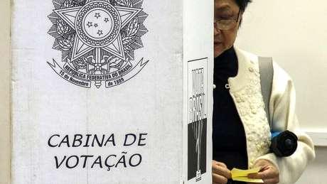 Especialistas explicam como lei eleitoral é feita pensando nas eleições anteriores - e não previram, portanto, a importância do WhatsApp
