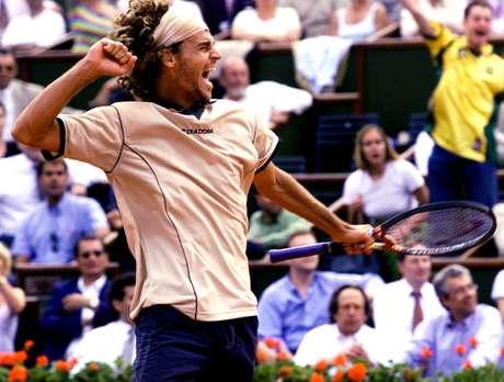 Guga comemora vitória na edição de 2000 de Roland Garros