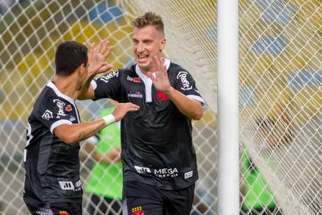 Maxi López e Yago Pikachú comemoram gol do Vasco contra o Fluminense