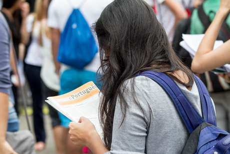 Candidatos na entrada do campus da Universidade Nove de Julho (Uninove), no bairro da Barra Funda, para o Exame Nacional do Ensino Médio (Enem).
