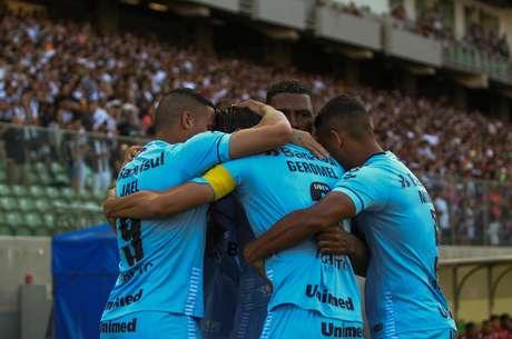 Geromel comemora seu gol com os companheiros contra o Atlético Mineiro em jogo válido pela 32° rodada do Campeonato Brasileiro de 2018