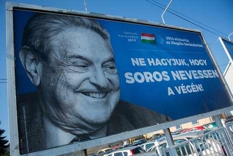 """O multimilionário de origem húngara George Soros é frequentemente considerado pelos partidos de extrema-direita como o instigador de várias conspirações. Em junho passado, sua fundação Open Society anunciou que encerraria sua atividade na Hungria devido à política """"repressiva"""" do governo de Viktor Orban"""