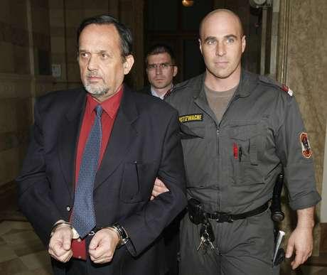 """O escritor revisionista Gerd Honsik foi preso em 2007 na Áustria por escrever """"Absolvição para Hitler"""" e """"Não havia câmaras de gás em Dachau"""", depois de fugir durante anos da Justiça de seu país"""