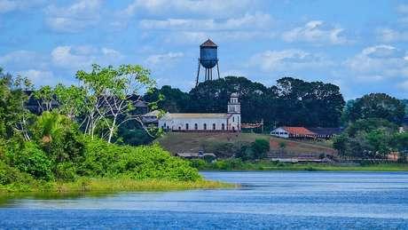 Vista do rio, a Fordlândia aparece como uma ilusão de ótica depois de se navegar no meio da selva