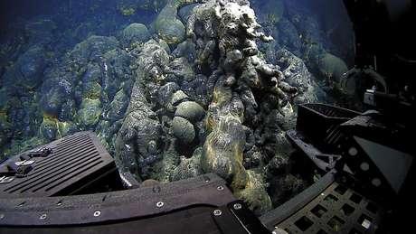 Ao esfriar, a lava assume formas que parecem acolchoadas, como almofadas