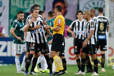 Diego Pituca, do Santos, é expulso durante a partida