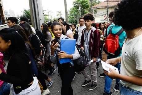 Candidatos começam entrar na Faculdade Uninove na Barra Funda, zona oeste da capital, para o primeiro dia de provas do Exame Nacional do Ensino Médio