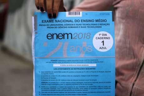 Caderno de questão dos últimos alunos a deixarem a Uninove da Barra Funda, em São Paulo (SP), primeira prova do Enem 2018, neste domingo (4).
