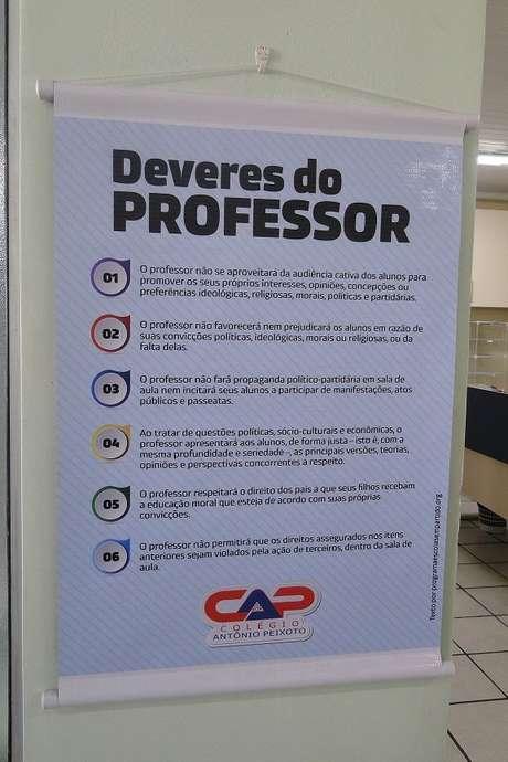 Cartaz dos seis deveres do professor foi pendurado em colégio de Florianópolis que adotou Escola Sem Partido