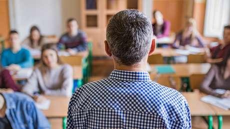 Professores e pais relatam que, por meio de projetos de lei e redes sociais, Escola Sem Partido se espalhou pelo país