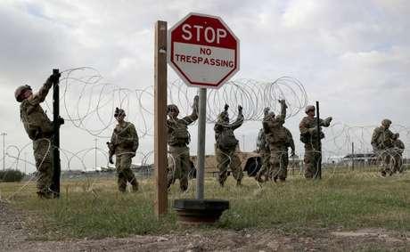 Milhares de soldados americanos esperam os migrantes para impedir sua entrada nos Estados Unidos