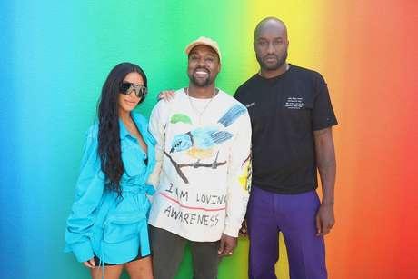 Virgil Abloh (no canto direito da foto) no dia de seu primeiro desfile masculino para a Louis Vuitton, com os amigos Kim Kardashian, empresária, e Kanye West, rapper