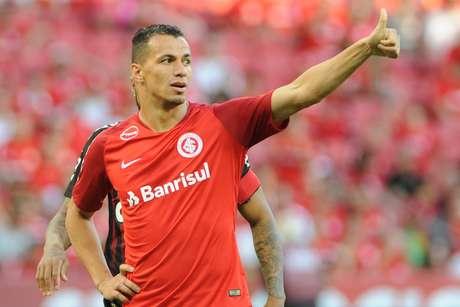 Damião durante a partida entre Internacional e Atlético-PR
