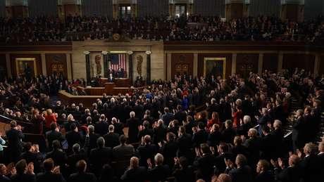 Você consegue encontrar uma fila com mais de duas mulheres durante discurso de Trump no Congresso americano?
