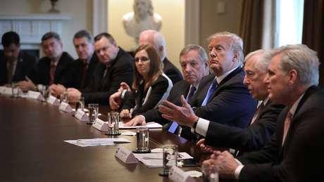 Martha McSally aparece à mesa com Donald Trump e outros deputados homens; a republicana tem trajetória de luta contra a discriminação de gênero