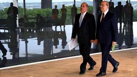 Onyx Lorenzoni (esq.) e Eliseu Padilha coordenam a transição de governo, em Brasília