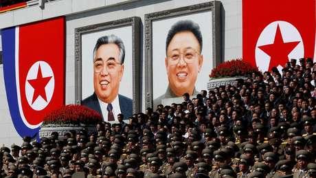 Retratos de Kim Il-sung e Kim Jong-il estão espalhados por todas as cidades norte-coreanas