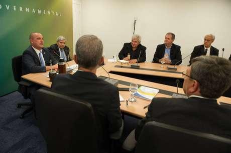 Onyx Lorenzoni (esq.) comanda a reunião com equipe de transição do novo governo
