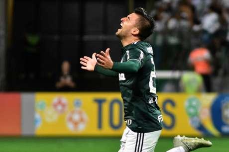 Contra o Santos, o lateral-esquerdo fez o terceiro gol de falta da equipe no ano (EDUARDO CARMIM/PHOTO PREMIUM)