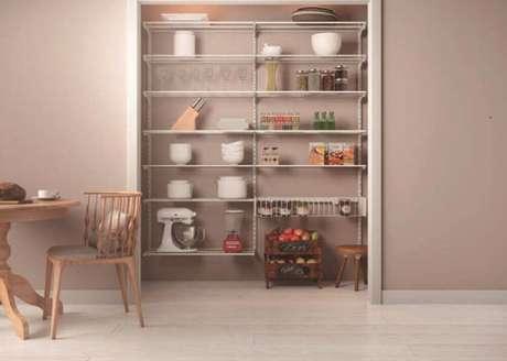 12. As estantes de aramado podem ser usadas tanto para organizar quanto para decorar diversos ambientes – Foto: SuperClosets