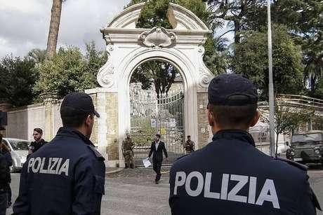 Policiais italianos em frente à nunciatura apostólica em Roma