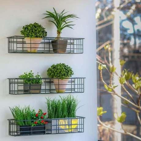 9. Decoração de varanda com cesto aramado como suporte para pequenos vasos de plantas – Foto: PicBubble