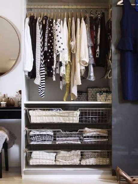 17. Um closet aramado não precisa ser totalmente feito com essa técnica – Foto: Design Mag