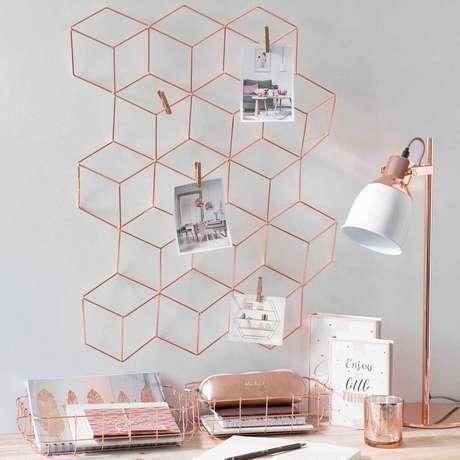 20. Decoração de área de trabalho com aramado em rose gold, super moderno e delicado – Foto: Interior4Design