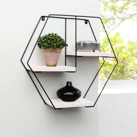 21. O nicho aramado é muito utilizado para decorar varandas com pequenos vasos de plantas – Foto: Pinterest