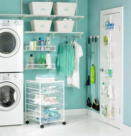 23. Cestos e prateleiras aramadas são excelentes para manter a lavanderia sempre em ordem – Foto: Micaela Goes
