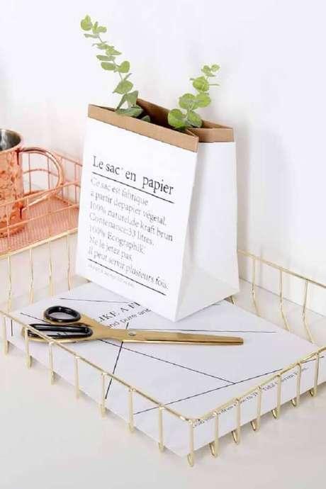 24. Decoração delicada com cesto aramado dourado – Foto: Pinterest