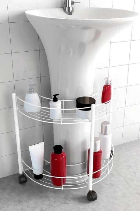27. Já pensou em investir em um modelo de estante aramada feita especialmente para a organização do seu banheiro? – Foto: Pinterest